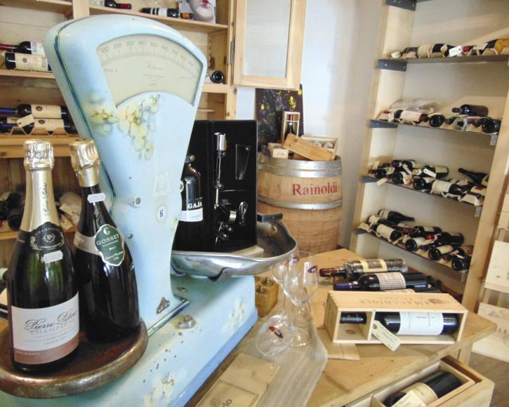 bilancia e vini in esposizione