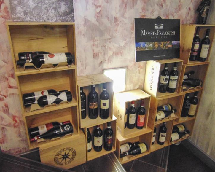 Esposizione cassette legno contenenti vini - Livigno